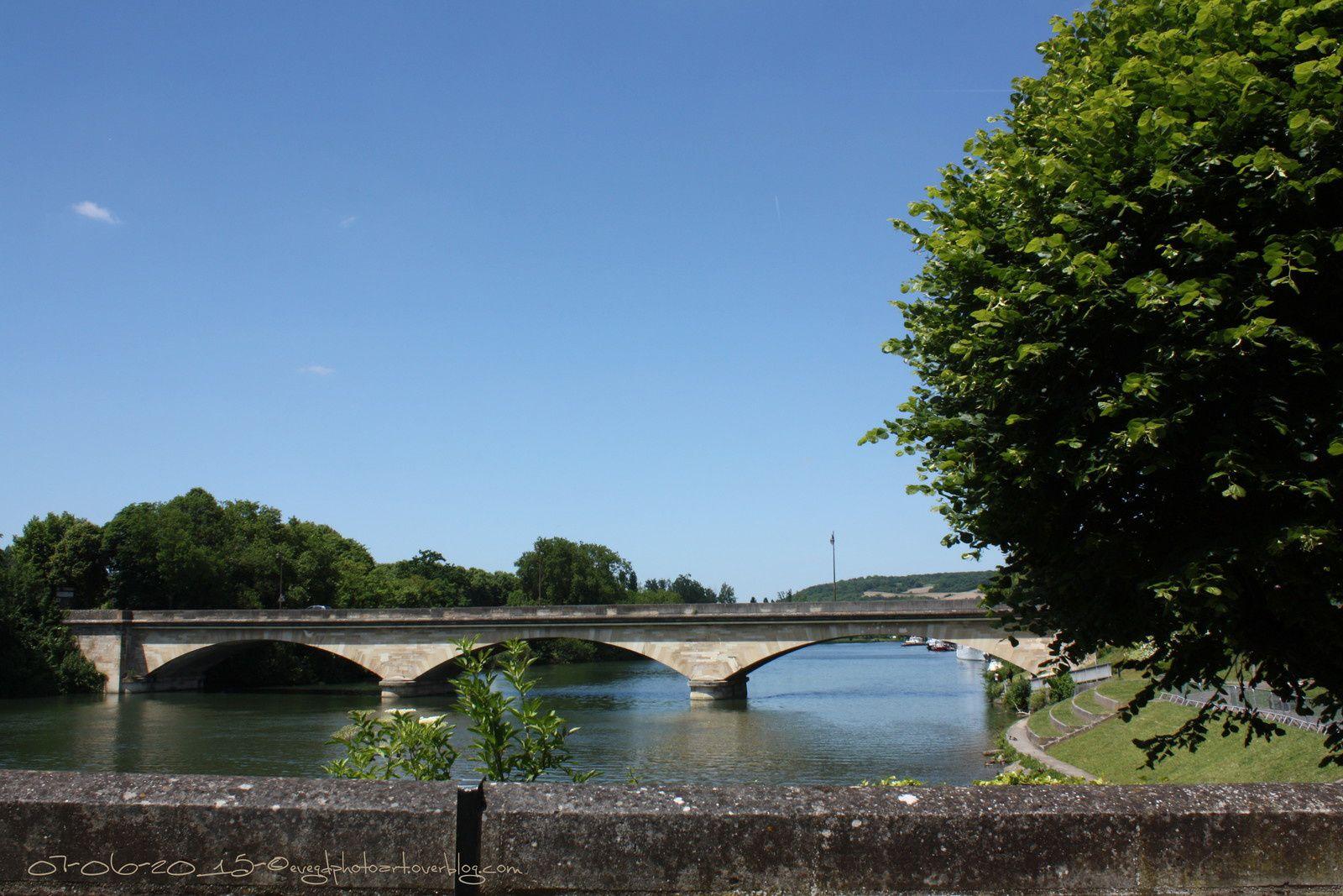 La Seine... de l'autre côté, le pont..