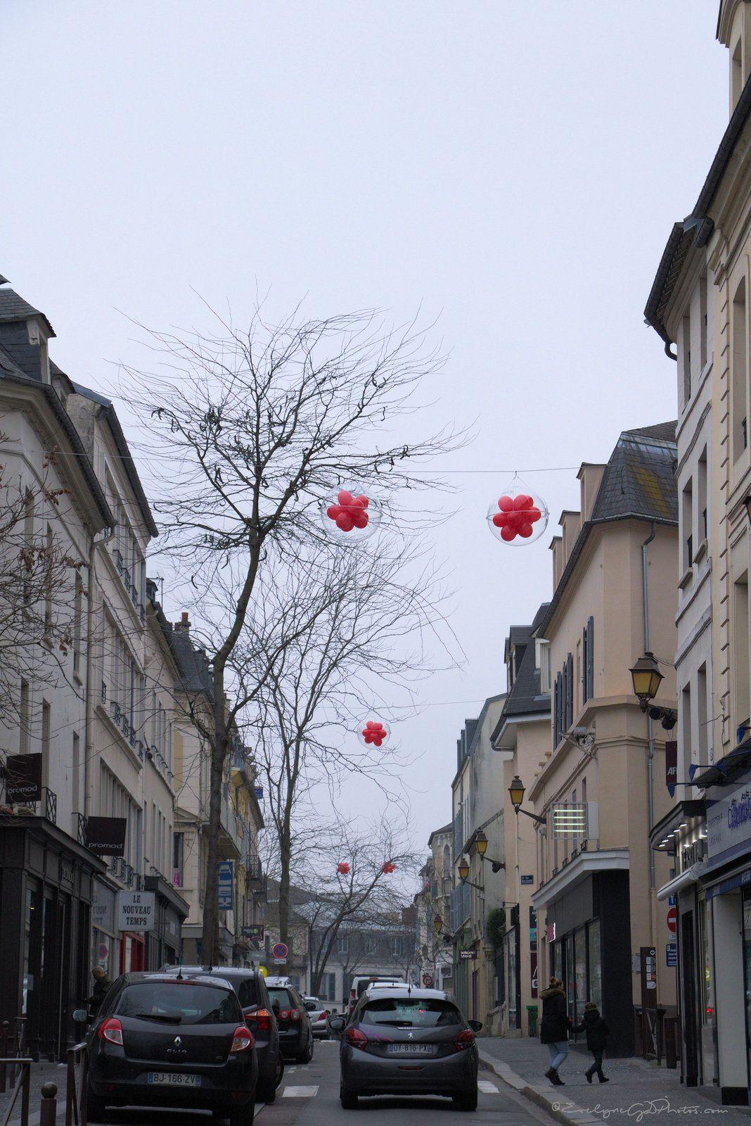 Dans la rue, des ballons rouges..
