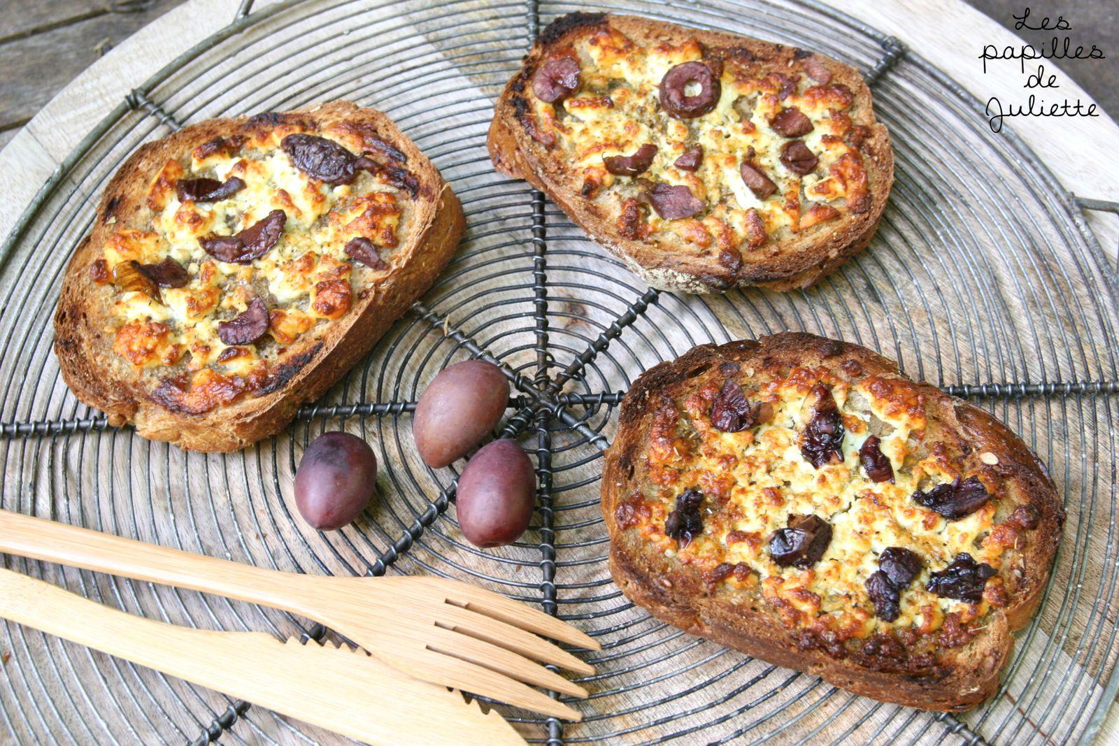 ▲ Tartines croustillantes à la feta gratinée, au miel et aux olives noires ▲