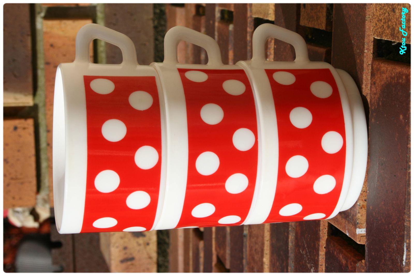... ainsi que des tasses polka dot Arcopal...