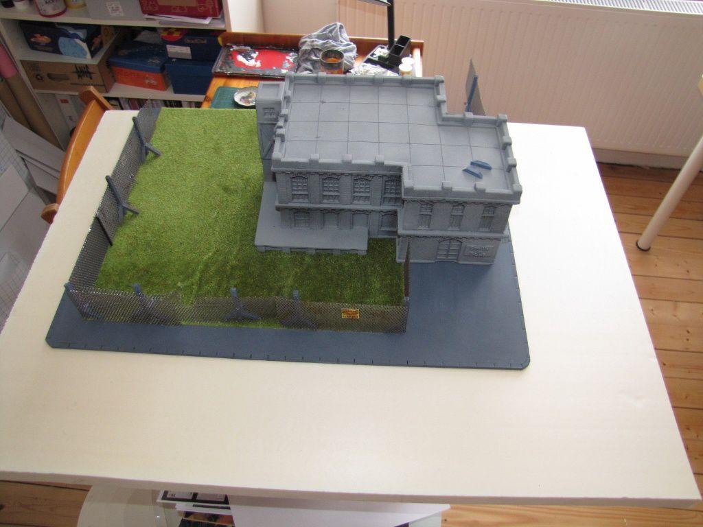 Placement du bâtiment et du futur grillage pour voir ce que ça donne. Sans doute un hopital ou une école...