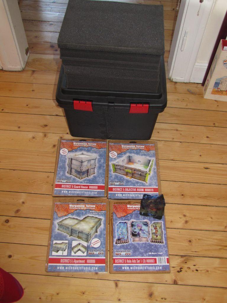 Anticipation des achats de noël avec une belle malette et plein de mousse pour ranger mes figurines.