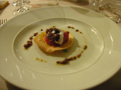 Apriamo con una carrellata di appetitosi antipasti: Tartelletta di Acciughe, Pomodori e Olive Taggiasche