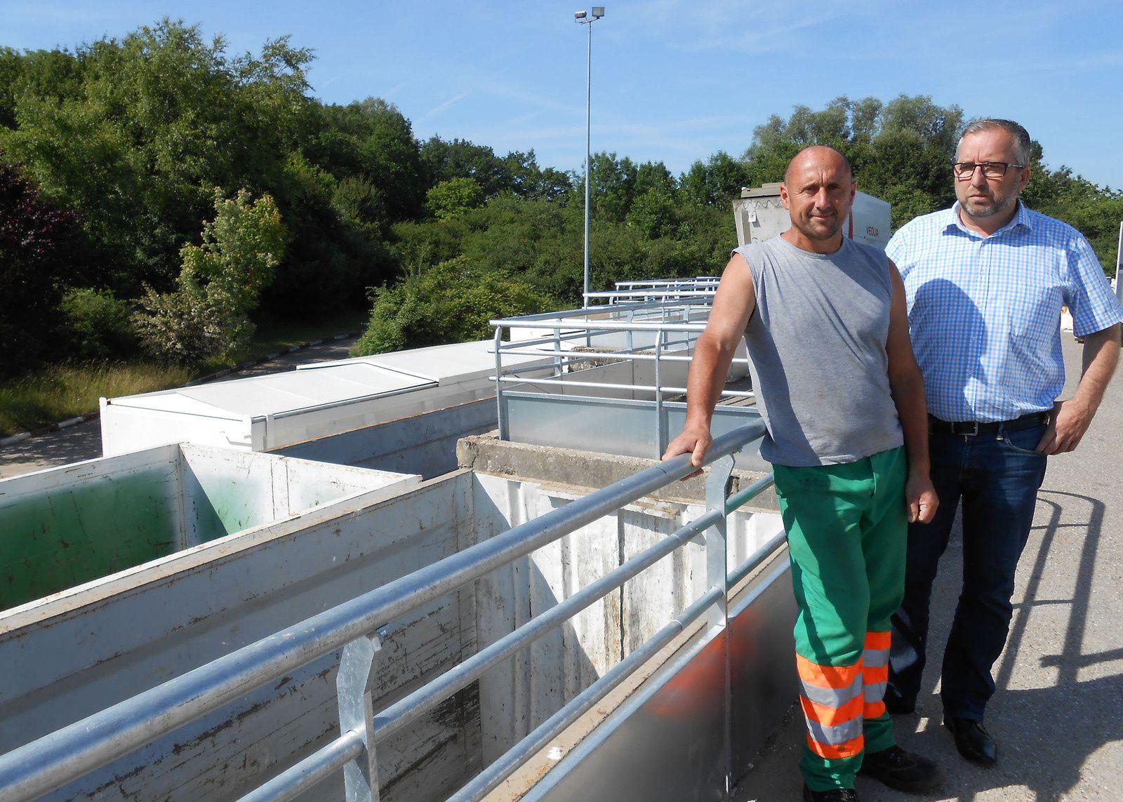 Raphaël ELIN, vice-président en charge des déchets ménagers et Fabrice GERMAIN, agent de déchèterie, apprécient les nouveaux garde-corps posés sur le site de Rémilly
