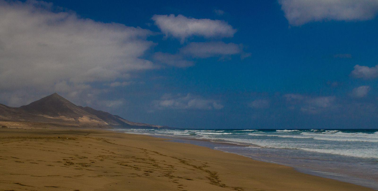 L' ile aux immenses plages de sable blanc,  une côte baignée par un océan calme et par des eaux transparentes qui vous inviteront à la relaxation et à la plénitude intérieure