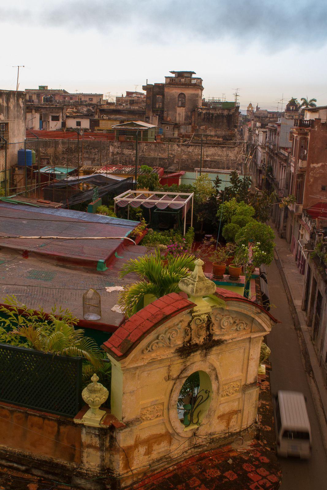 Balcons, vue sur les toits, architecture Cubaine