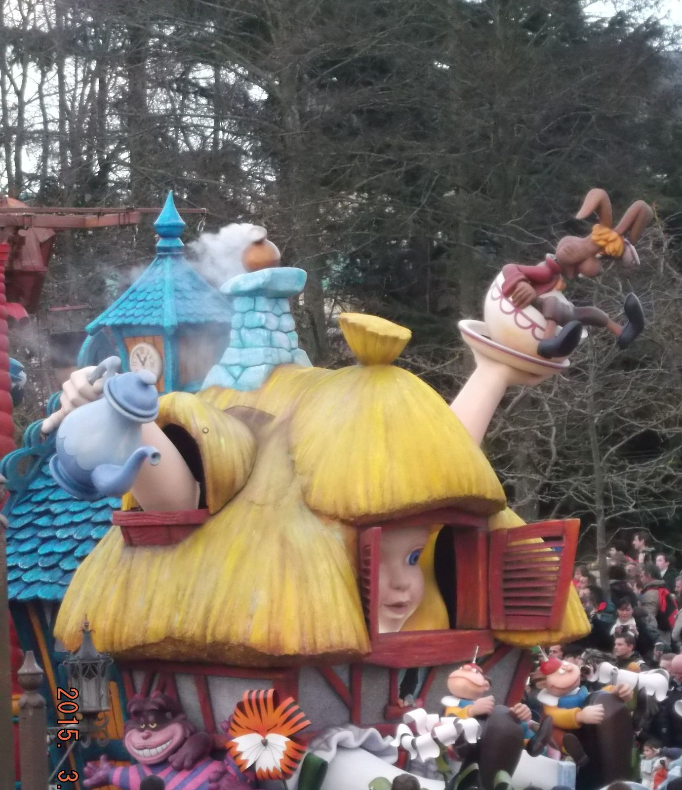 la parade du printemps : la Reine des neiges, Alice au pays des merveilles, Toy Story, Winnie l'ourson, le Roi lion, le livre de la jungle,Mary Poppins .... cloturé par Mickey