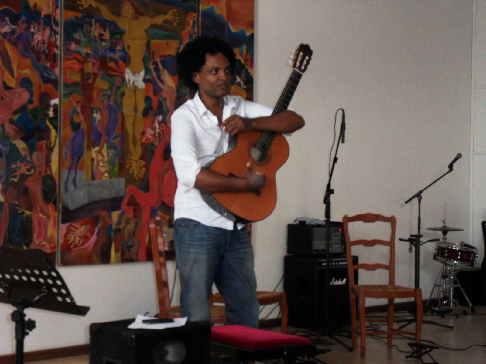 """Gérald, le """"maître"""" de guitare présente l'audition"""