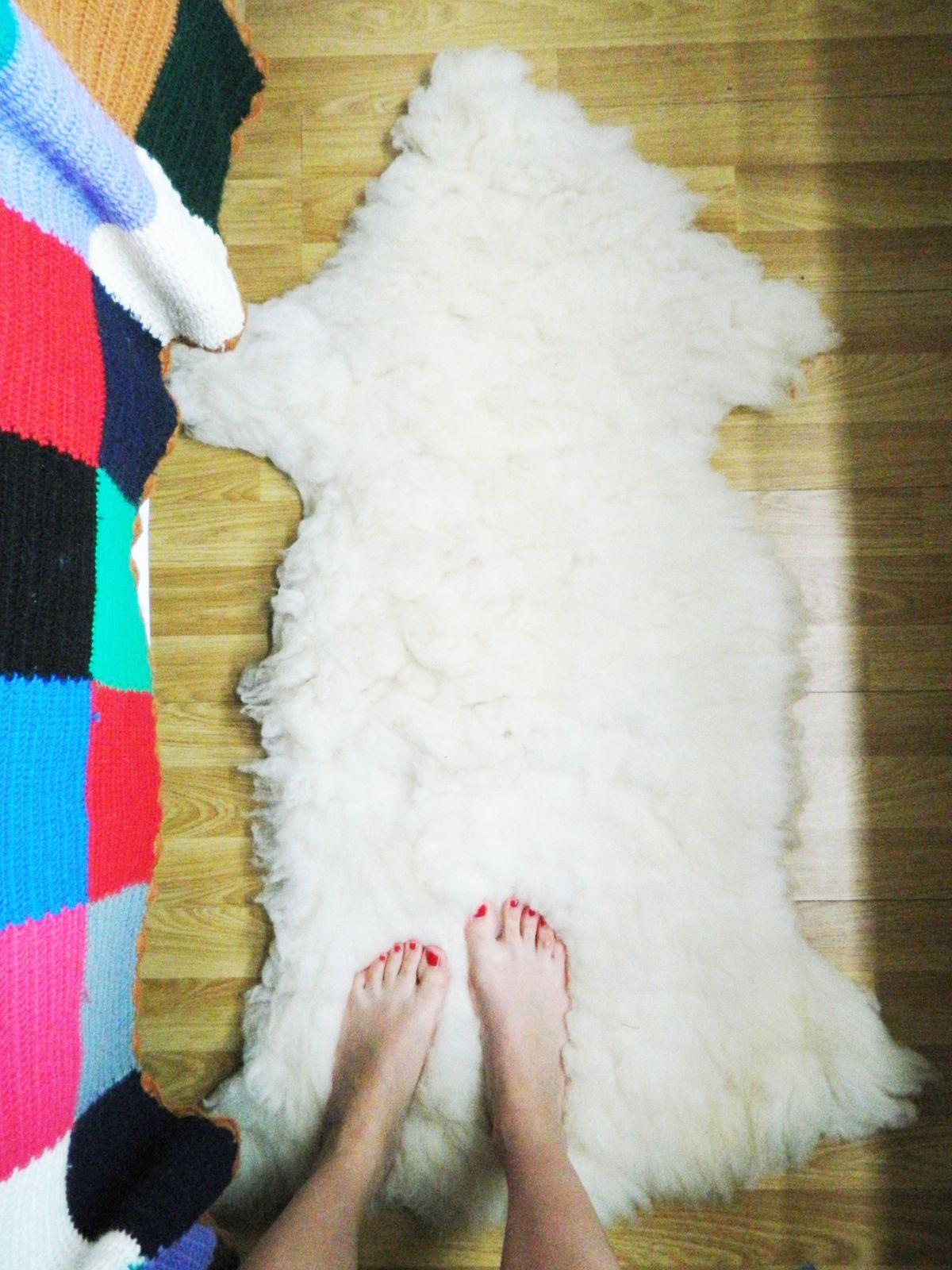 Un tapis en peau de mouton (en général je suis contre la fourrure mais le fait est que la Tunisie consomme beaucoup de moutons, spécialement pendant les fêtes religieuses, et les animaux ne sont donc absolument pas tués pour leur fourrure mais pour la consommation.)