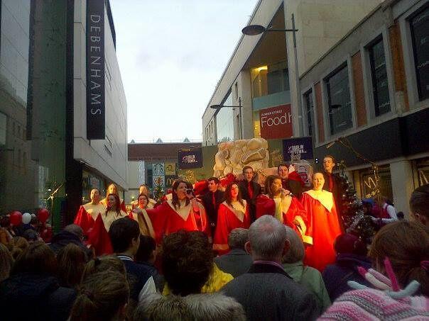 Photo prise hier aprèm dans les rues de Dublin. Ils chantaient des chants de Noël et autres, c'était top !,