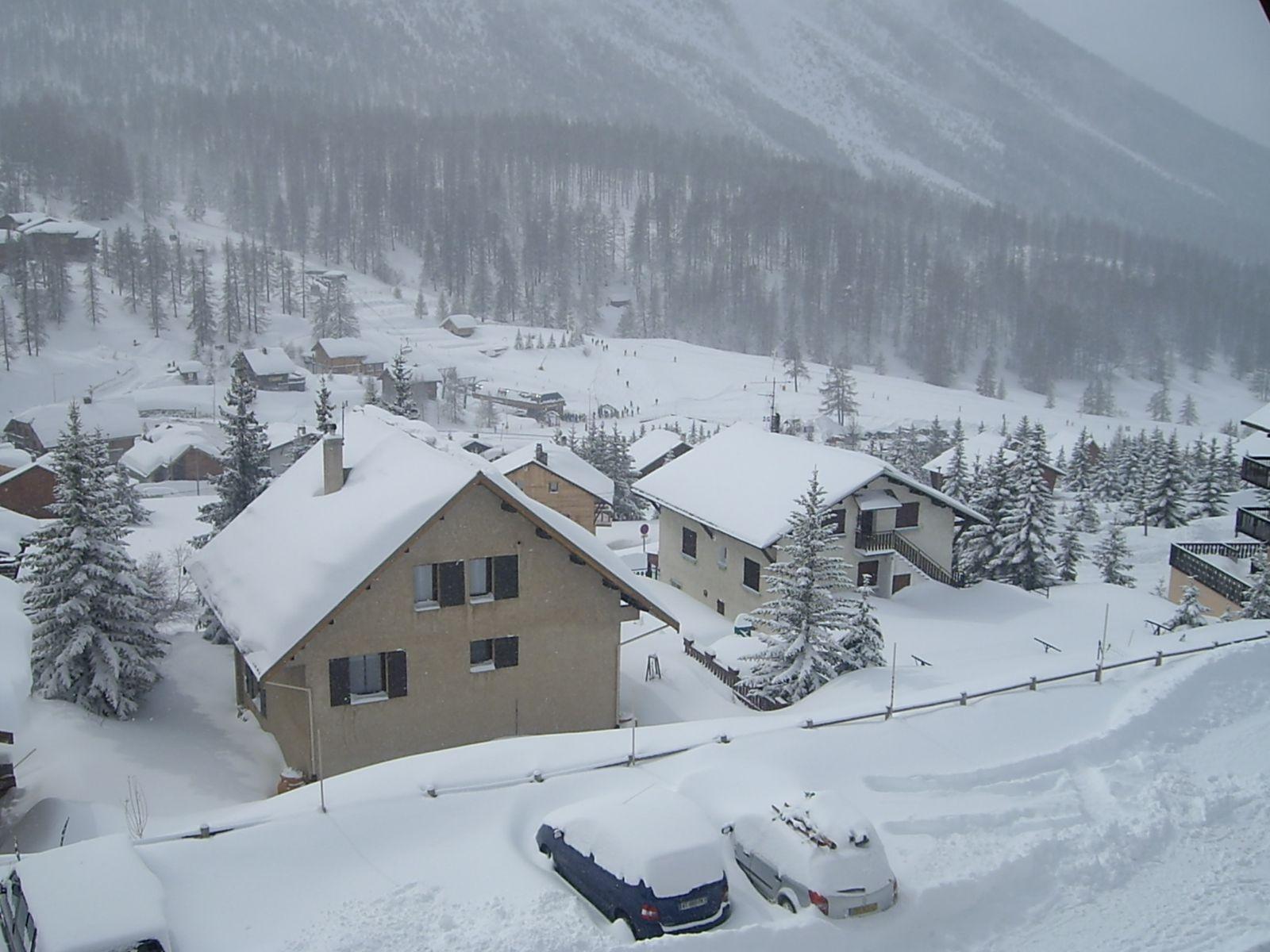 Montgenèvre, à deux pas de la frontière Italienne, Hautes Alpes, charme d'un village traditionnel de montagne à 1860 mètres d'altitude. Montgenèvre est la doyenne des stations de ski françaises, elle a fêté son centenaire en 2007.