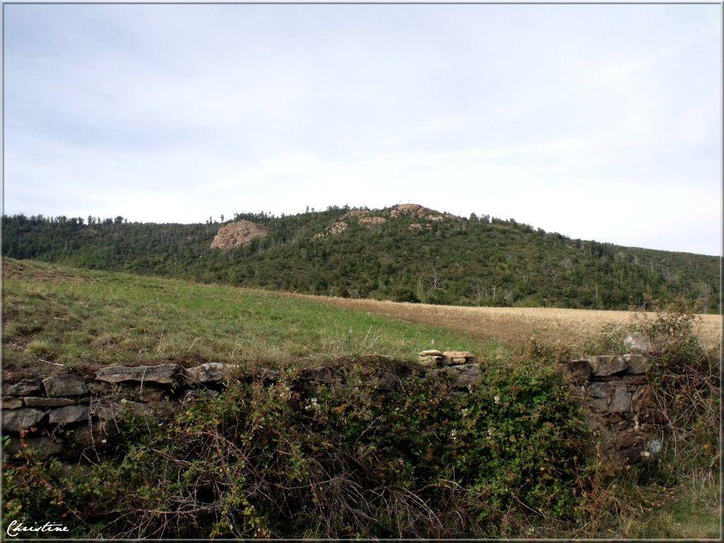 C'est par une minuscule route sinueuse qui suit la crête des collines qu' on rejoint ces deux villages entre Ardèche et Loire