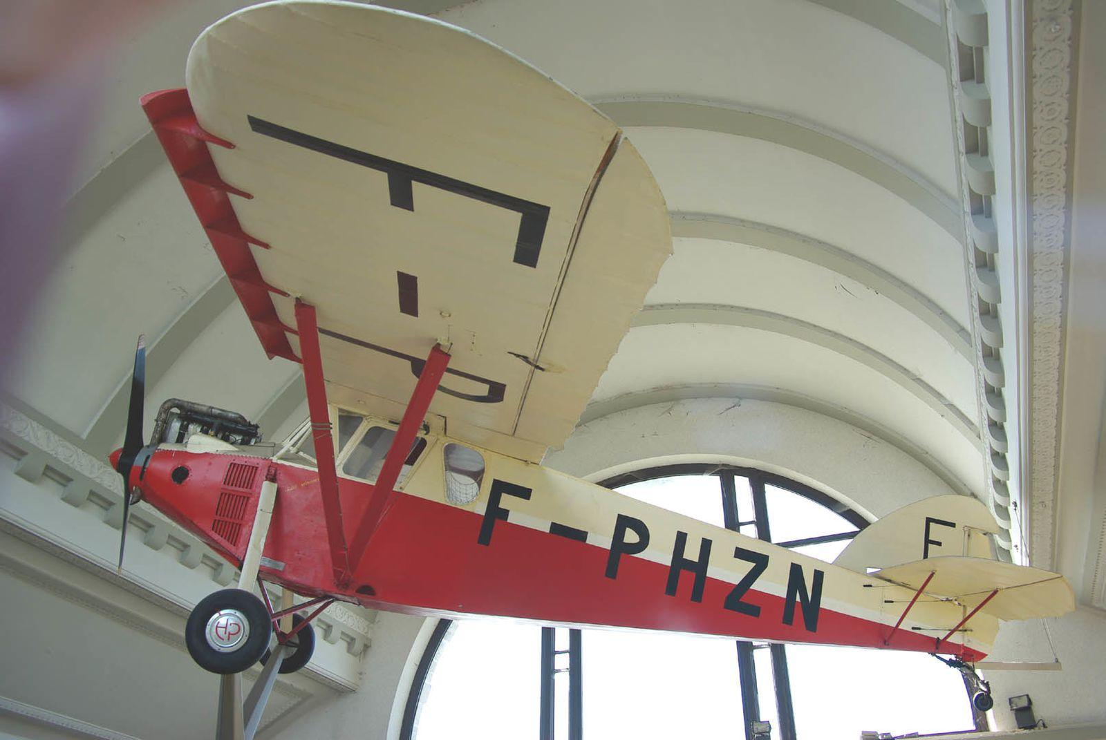 Le Potez 36 N°3207 F-PHZN exposé dans la gare de la ville d'Albert.