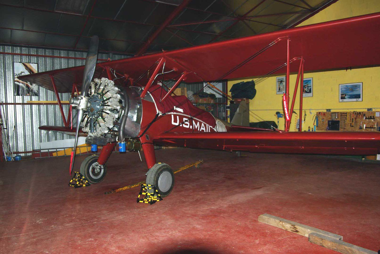 Aperçu au coin d'un hangar, le Boeing Stearman F-AZMZ avec sa nouvelle peinture.