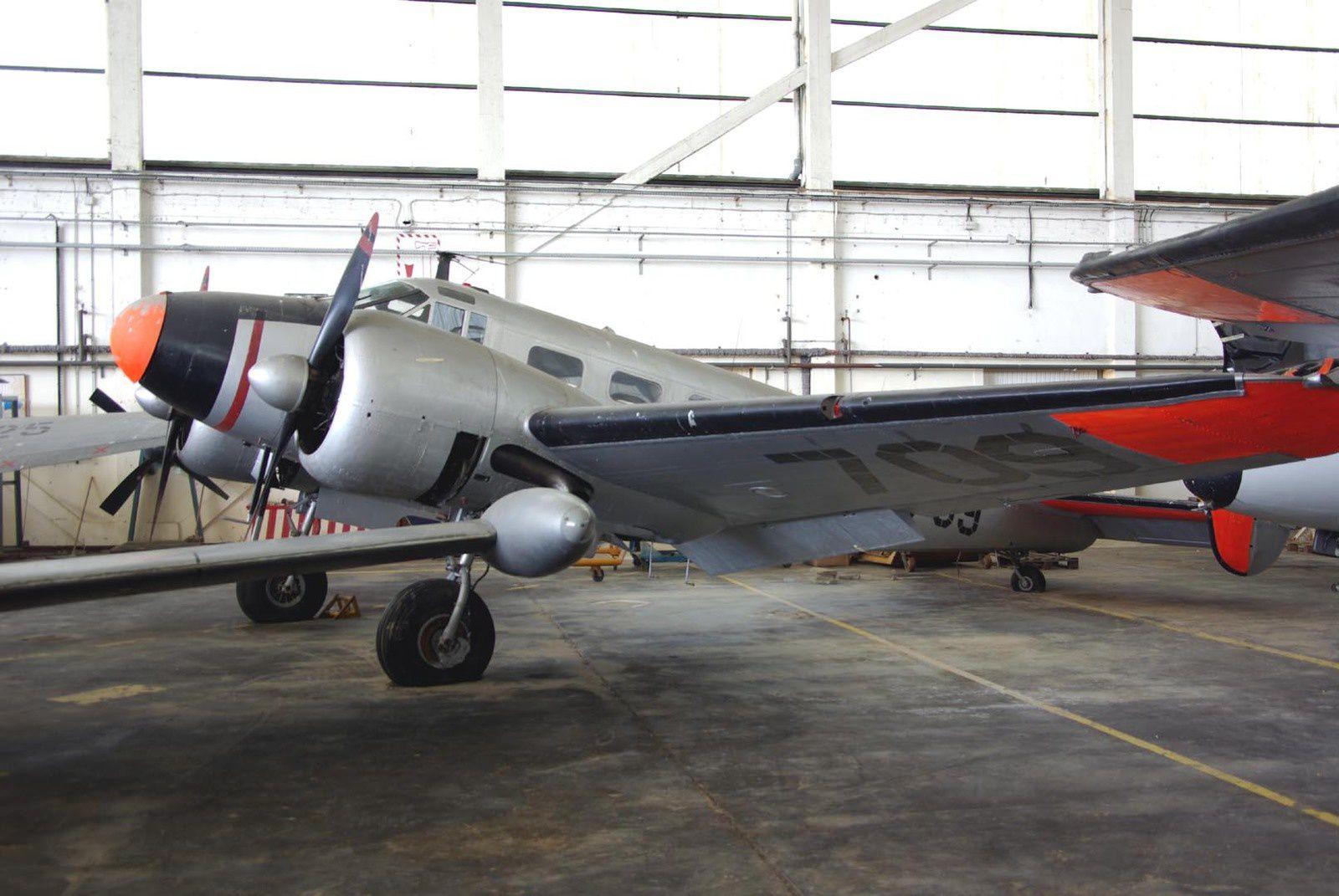 Le Beech UC-45J 709 exposé au musée de Rochefort.
