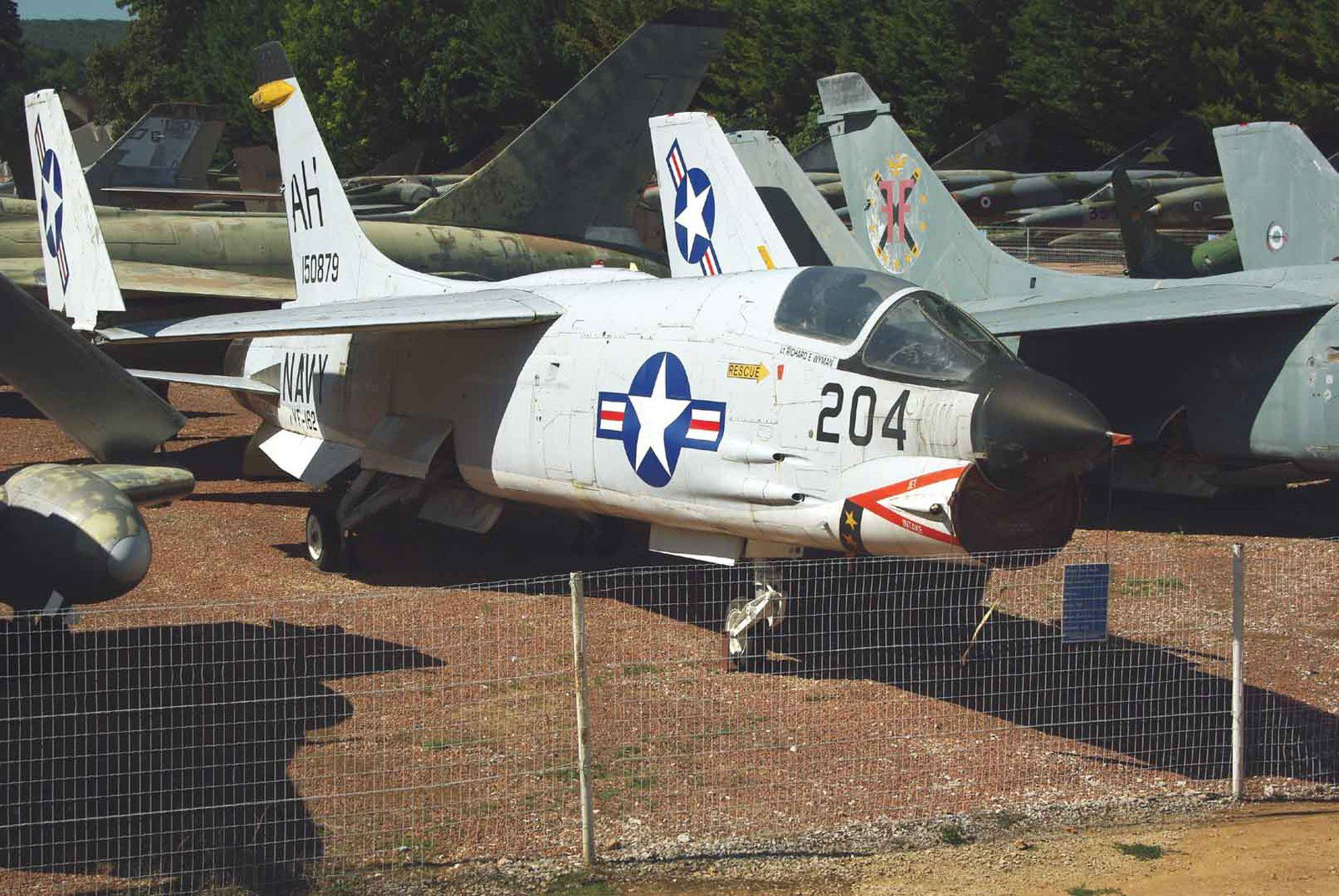 Le Vought F-8P Crusader peint comme le 150879 de l'US Navy.