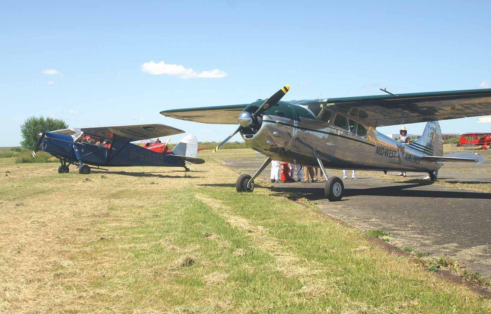 En compagnie d'un des nombreux visiteurs anglais, le Cessna 195 F-AZRS.