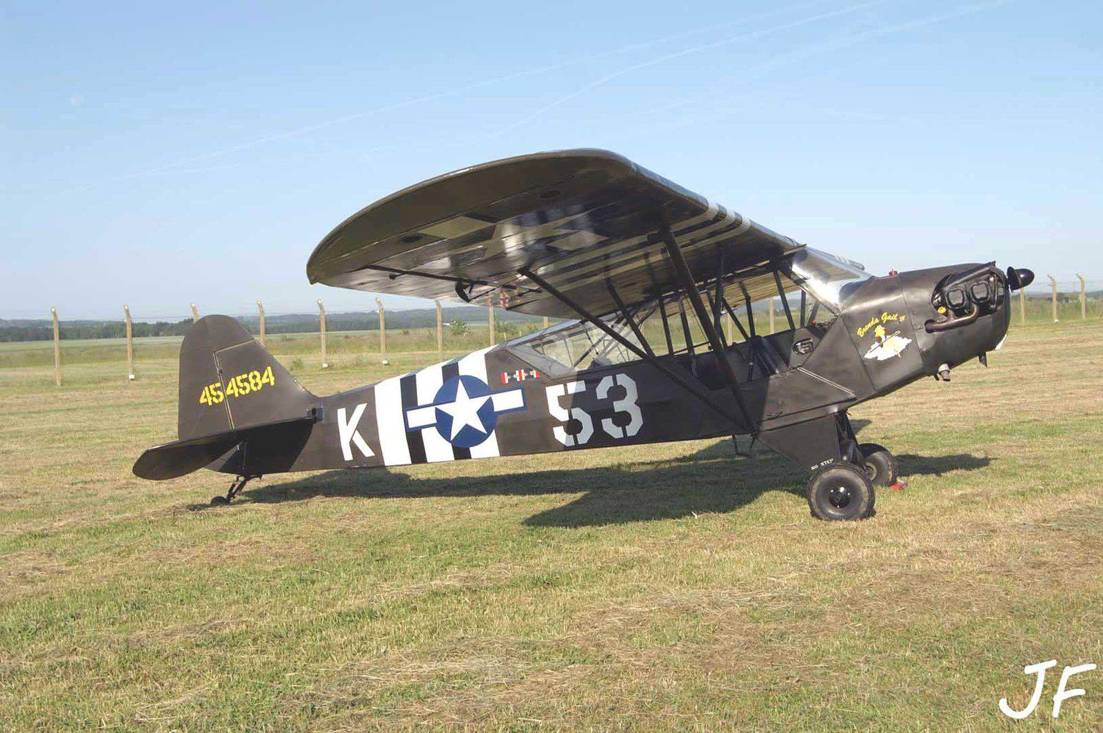 Le Piper L-4J F-AYQG basé à Compiègne.