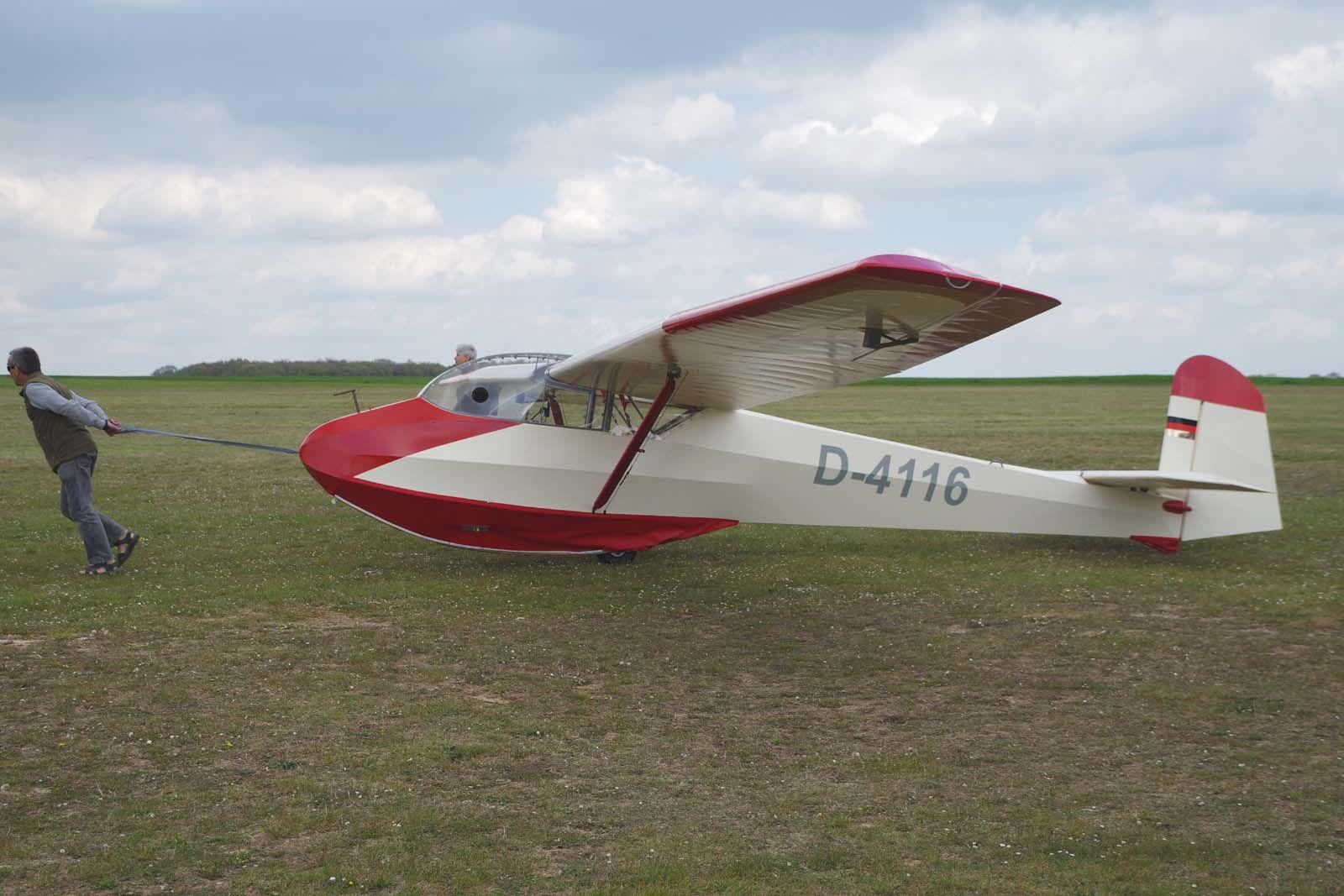 Le Rhonlerche tracté par son pilote.