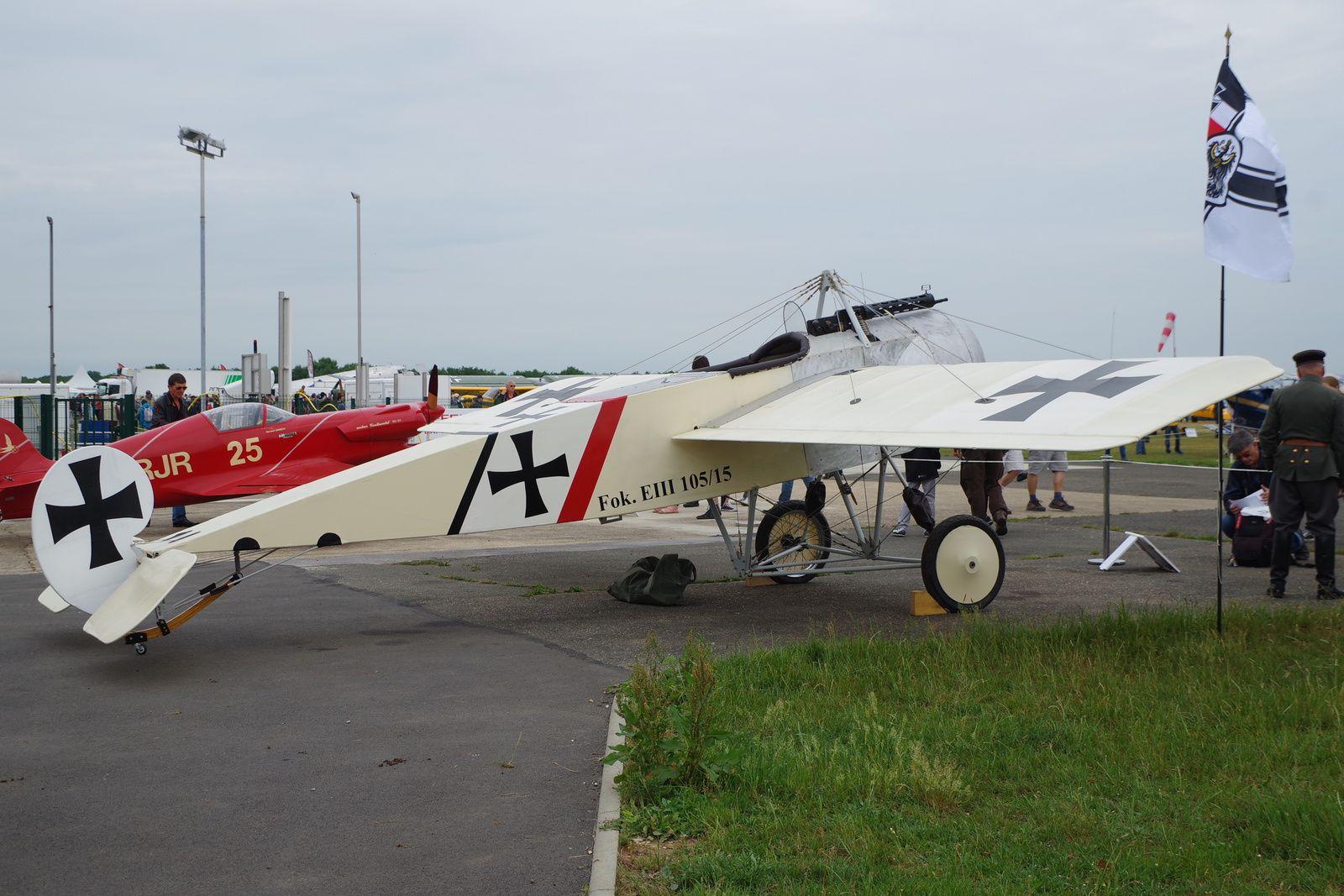 Autre réplique construite à la Ferté, le Fokker EIII d'Hubert Mars, dont voici une vue de trois quart arrière.