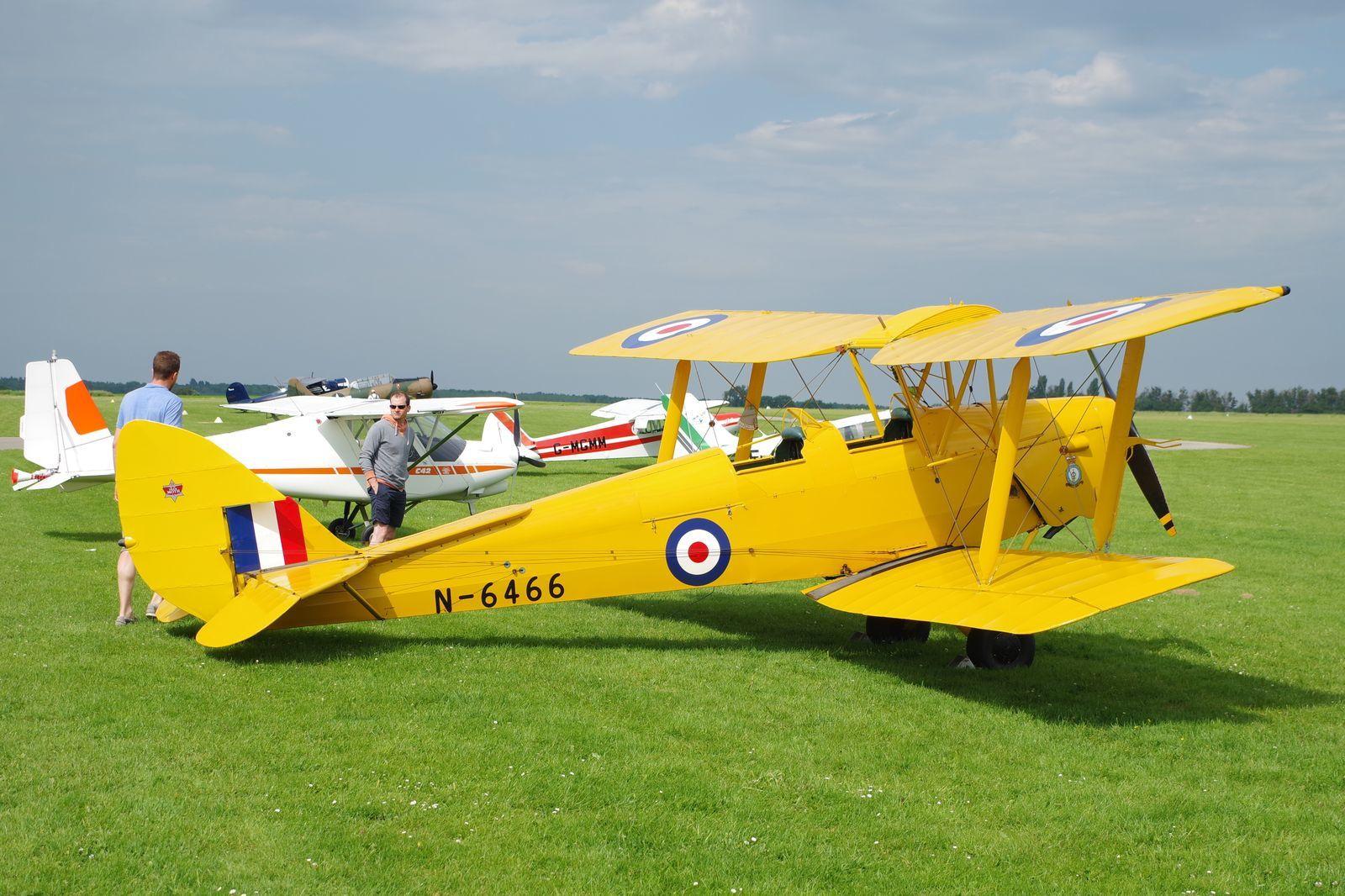 Quelques visiteurs avec le DH-82 Tiger Moth G-ANKZ basé à Orbigny.