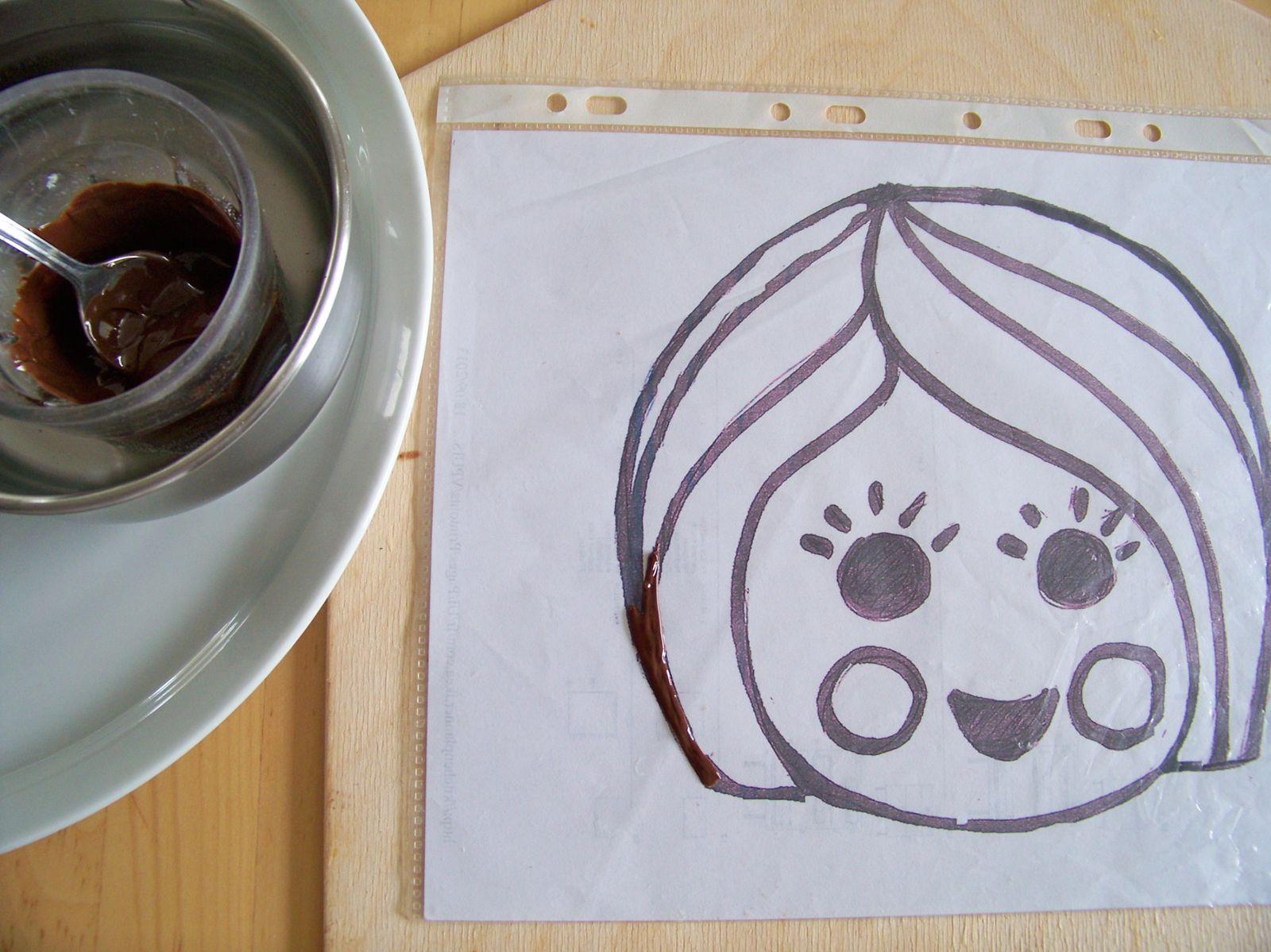 Je trace les contours en chocolat , je remplis ensuite avec de la pâte à sucre .