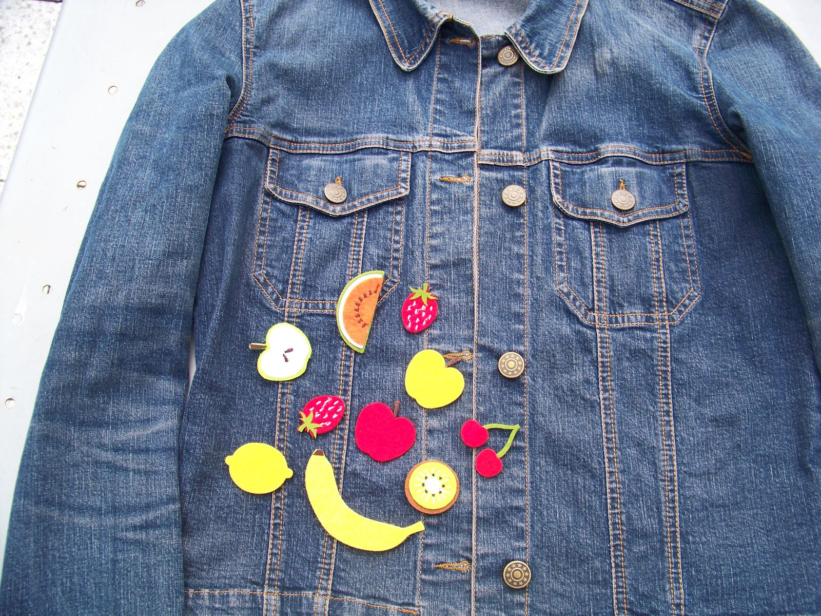 Les fruits de l'été  version badges sur la veste en jeans!