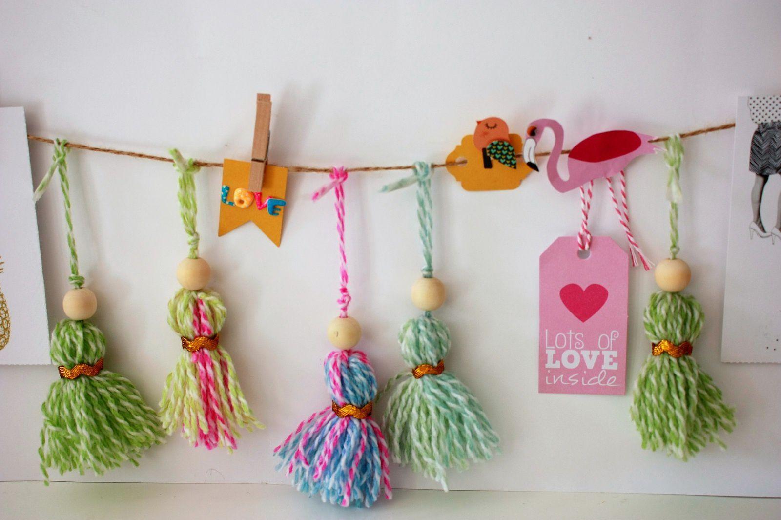 Faire une guirlande de pompons pour accrocher vos souvenirs de vacances !