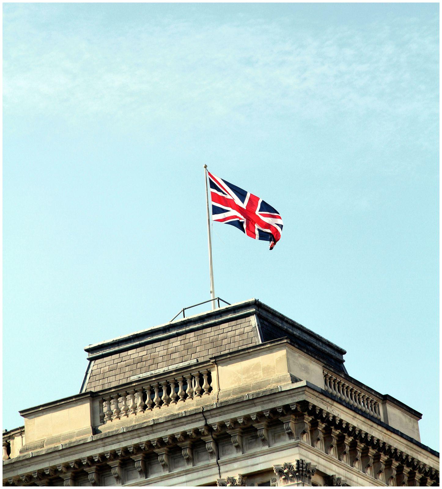 Tandis que régne, imposante, Westminster Abbey, Big Ben,accrochée au Parlement la rappelle à l'ordre en egrènant son Westminster Quarters en mi majeur ! Les Bobbies veillent au grain, conversant à l'anglaise,tandis que The Beatles surgissent de nulle part par le biais d'un étrange yellow Submarine roulant! Rassurons nous  Union Jack prend soin de tout ce petit monde!!