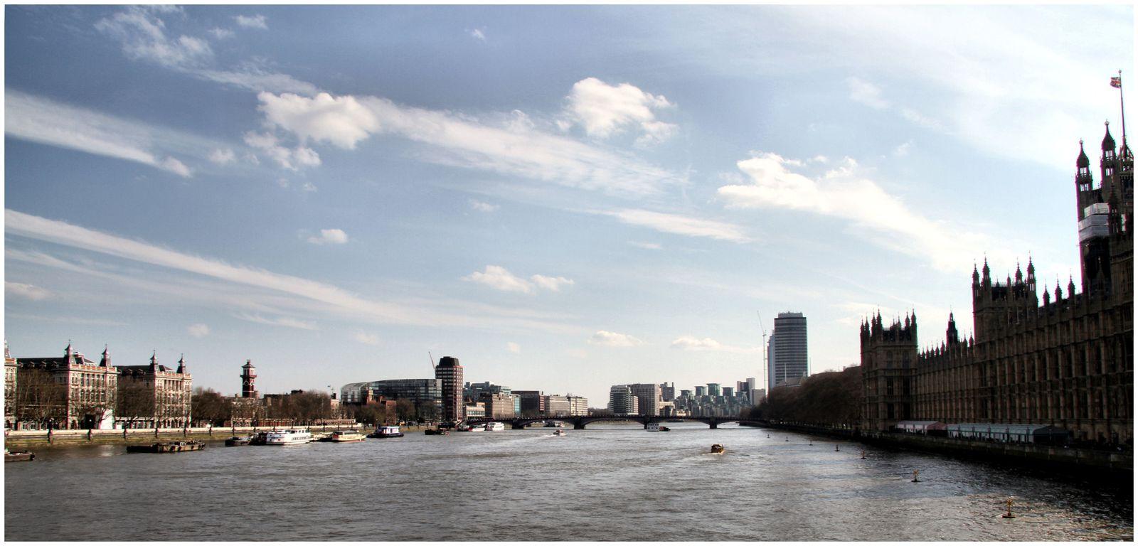 Le long de la Tamise dans le quartier de Westminster :Statue du Sphinx à aiguille de Cléopâtre sur Victoria Embankment, London Eye,