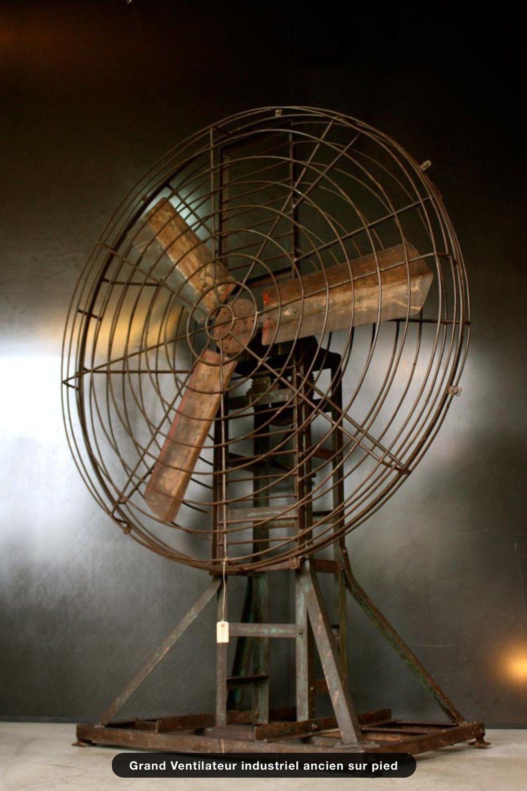 Grand ventilateur ancien sur pied