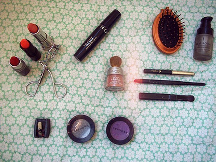 Inside Ma trousse a make - up . . .