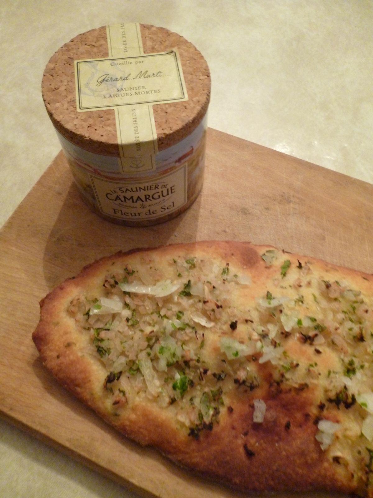 Pain au parmesan et pesto d'oignons