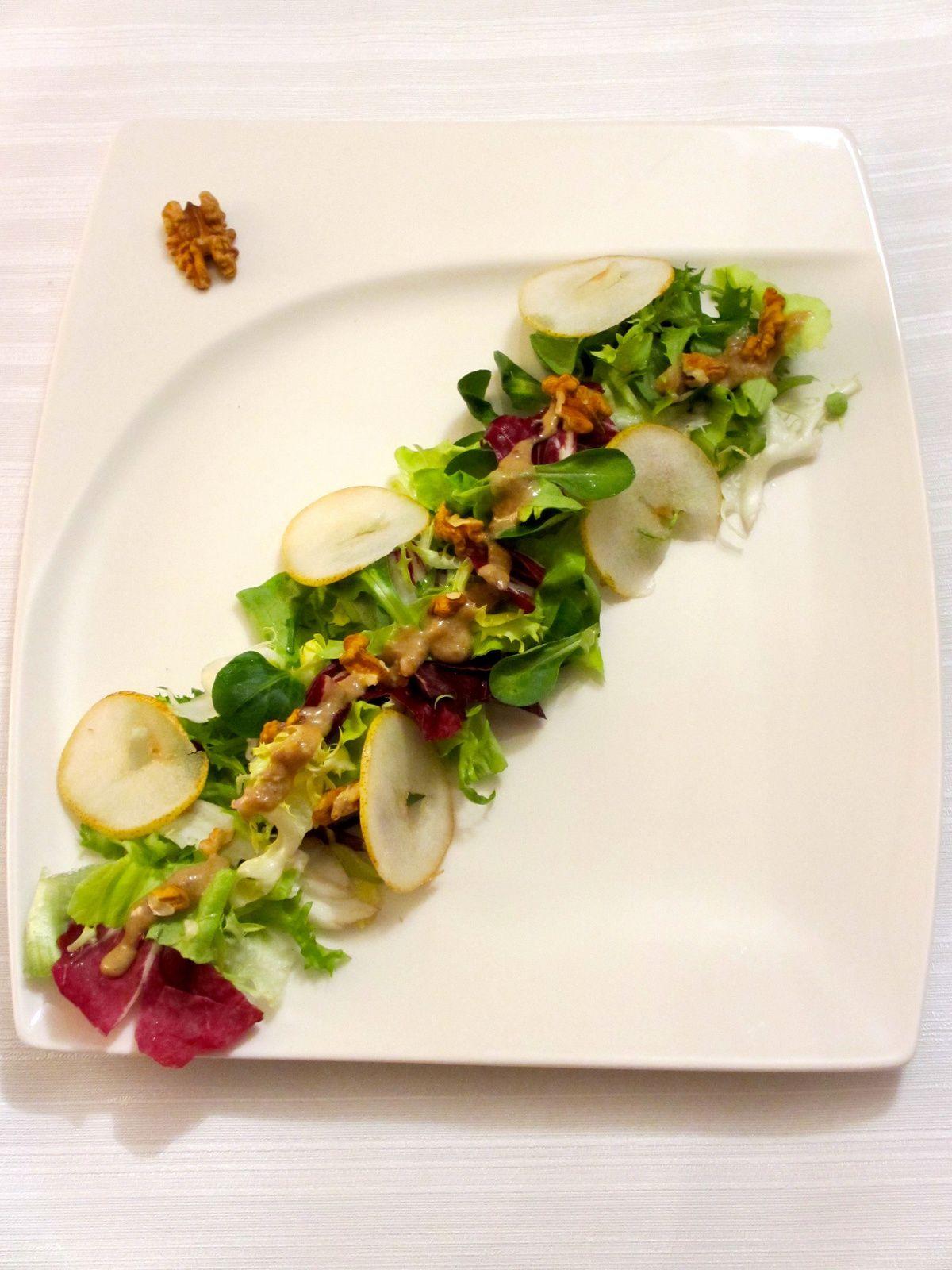 Salade aux poires et sauce au roquefort