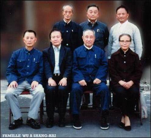 Maître Tran-kinh entouré des membres de la grande famille WU de l'Ecole Wu Taichi à Shanghai 1981
