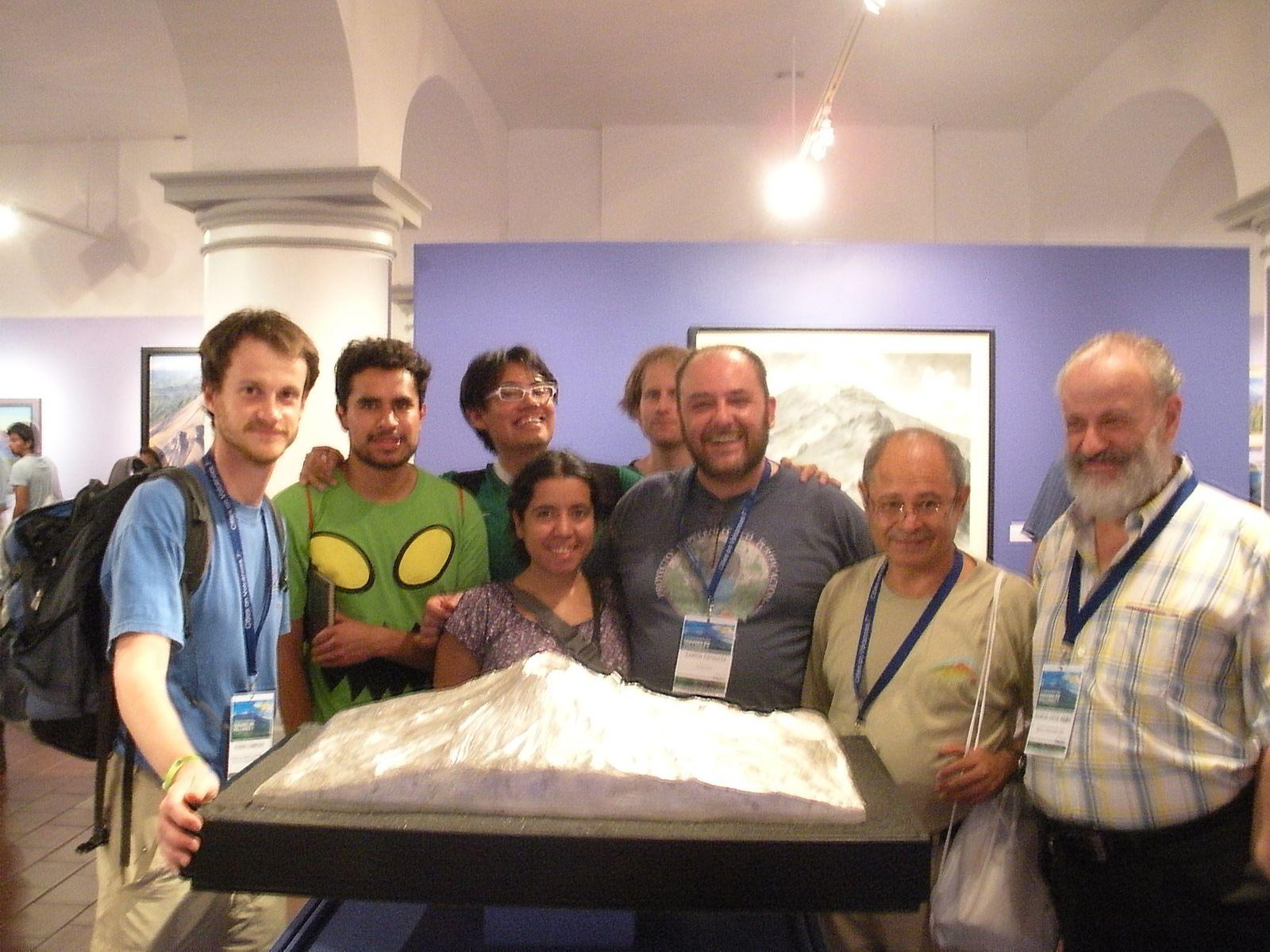 Photo souvenir devant une maquette en 3D du Popocatepetl