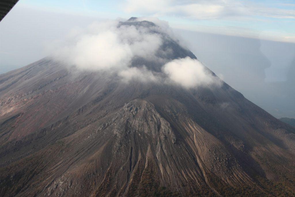 """Vue aérienne du volcan, depuis l'Est. A l'avant plan, le """"volcancito"""", un cône latéral de l'éruption de 1869"""