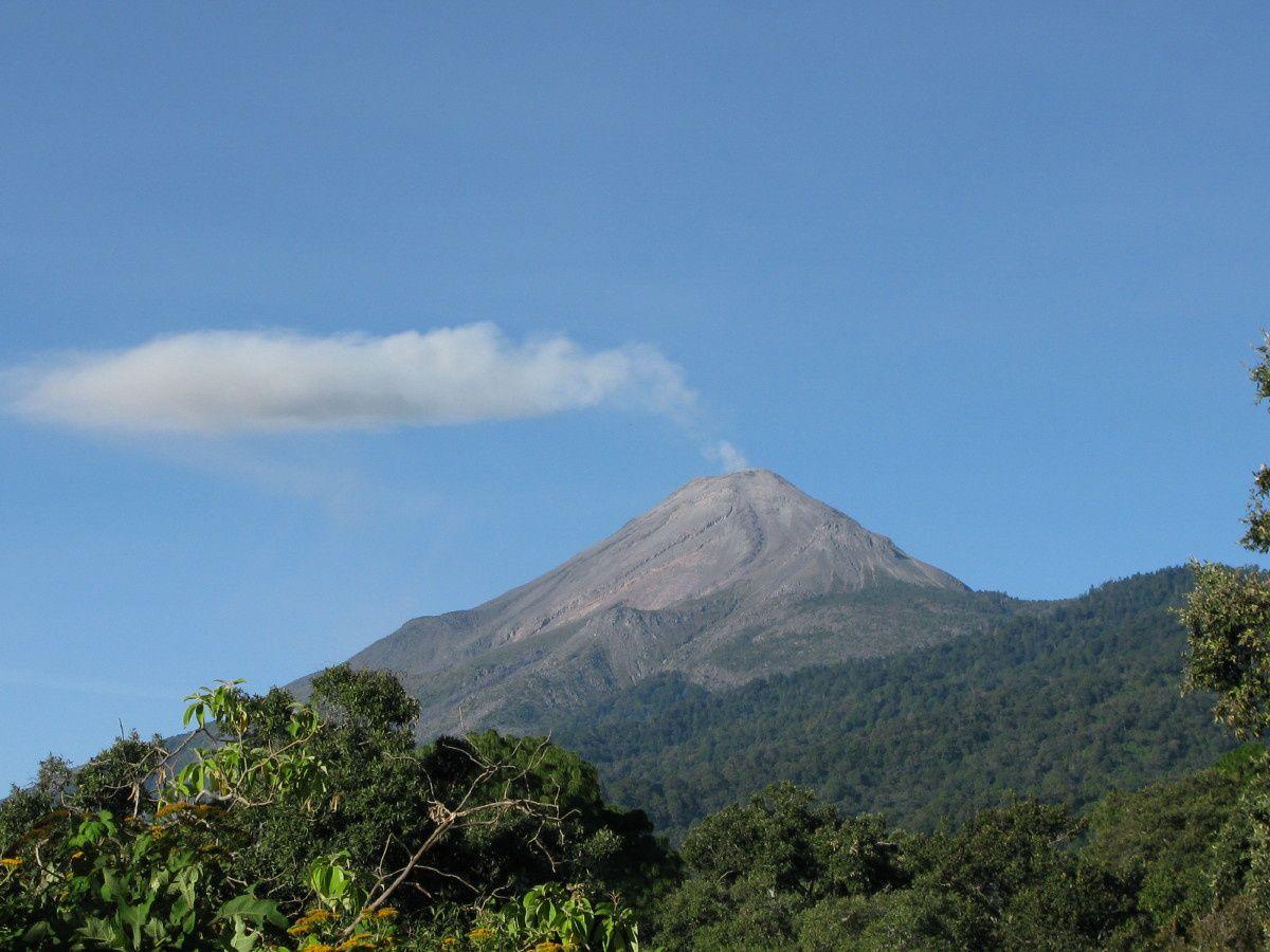 Le volcan produisait à l'époque plusieurs dégazages cendreux par jour (Nov. 2008)