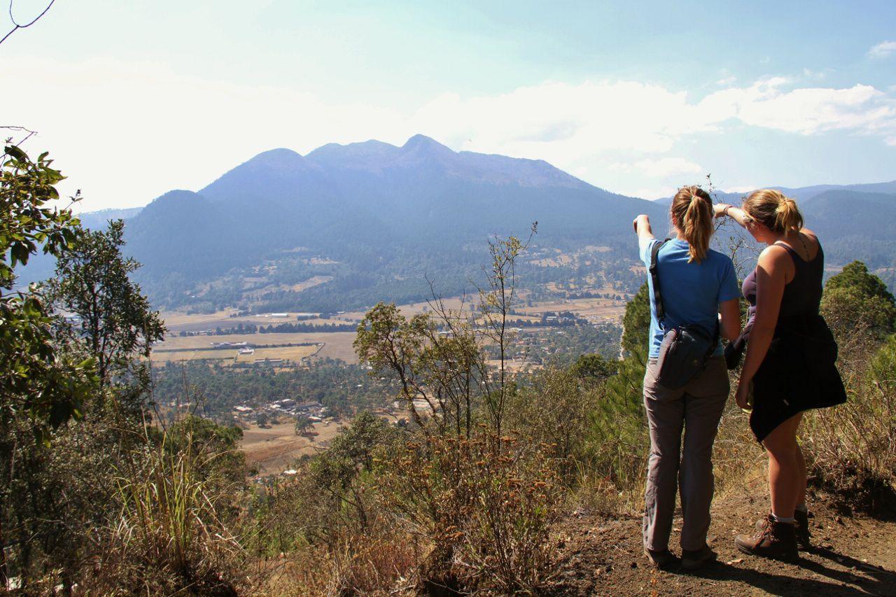 Depuis le sommet du Chitle, Nathalie explique à Aurélie la voie d'ascension de l' Ajusco