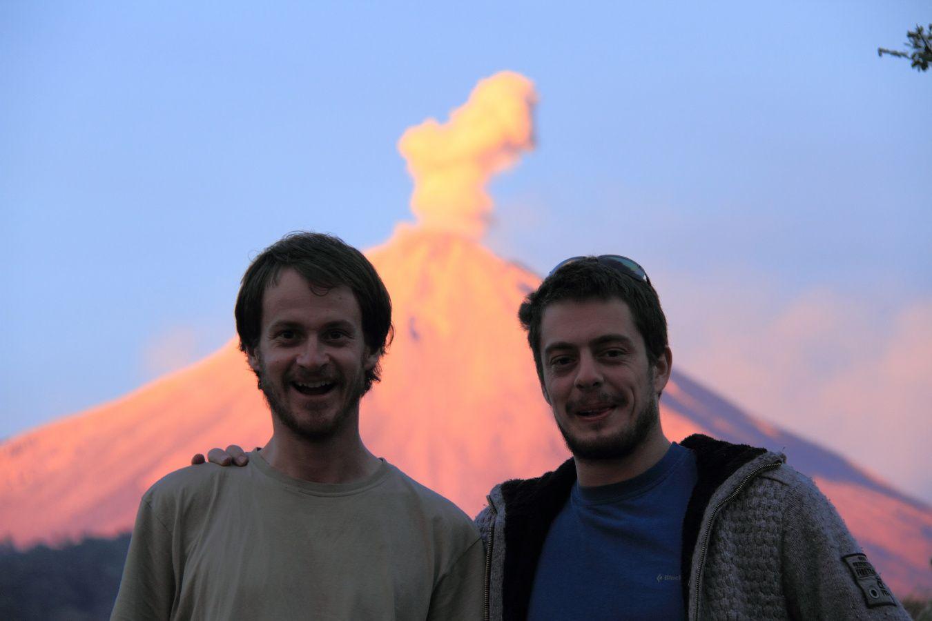 Deux volcanologues heureux