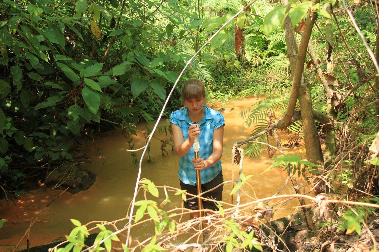 Mesure du débit d'une rivière chargée d'hydroxyde de fer