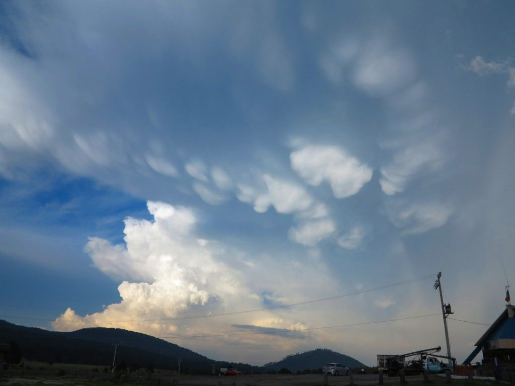 La saison des pluies n'est quand même pas tout à fait terminée: Cummulonimbus et Mammatus (rares) menacent le Paso de Cortez