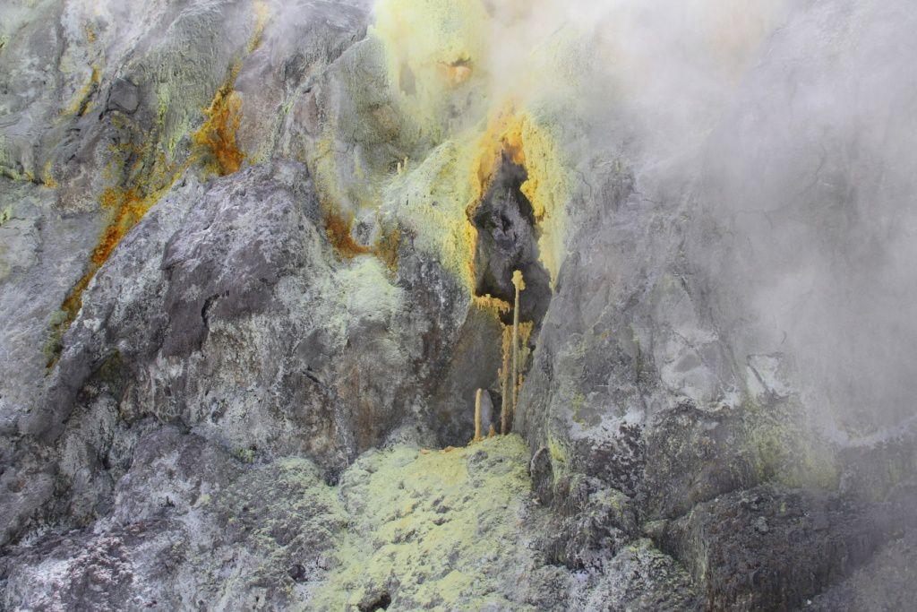 Surprenantes stalacmites de soufre a la sortie d'une fumerolle a haute tempérenture