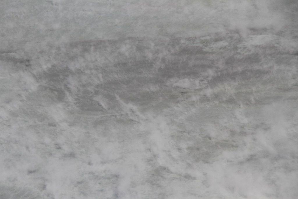 Evaporation intense à la surface du lac. La couleur grise est due à la grande quantité de sédiments en suspension. C'est une caractéristique typique des lacs hautement actifs, dont les mouvements de concvection intenses rmobilisent en permanence les sédiments du fond.