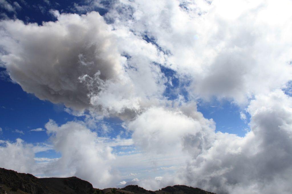Au travers les nuages, une vue du panache de l'explosion du 24 décembre, détectée par satellite
