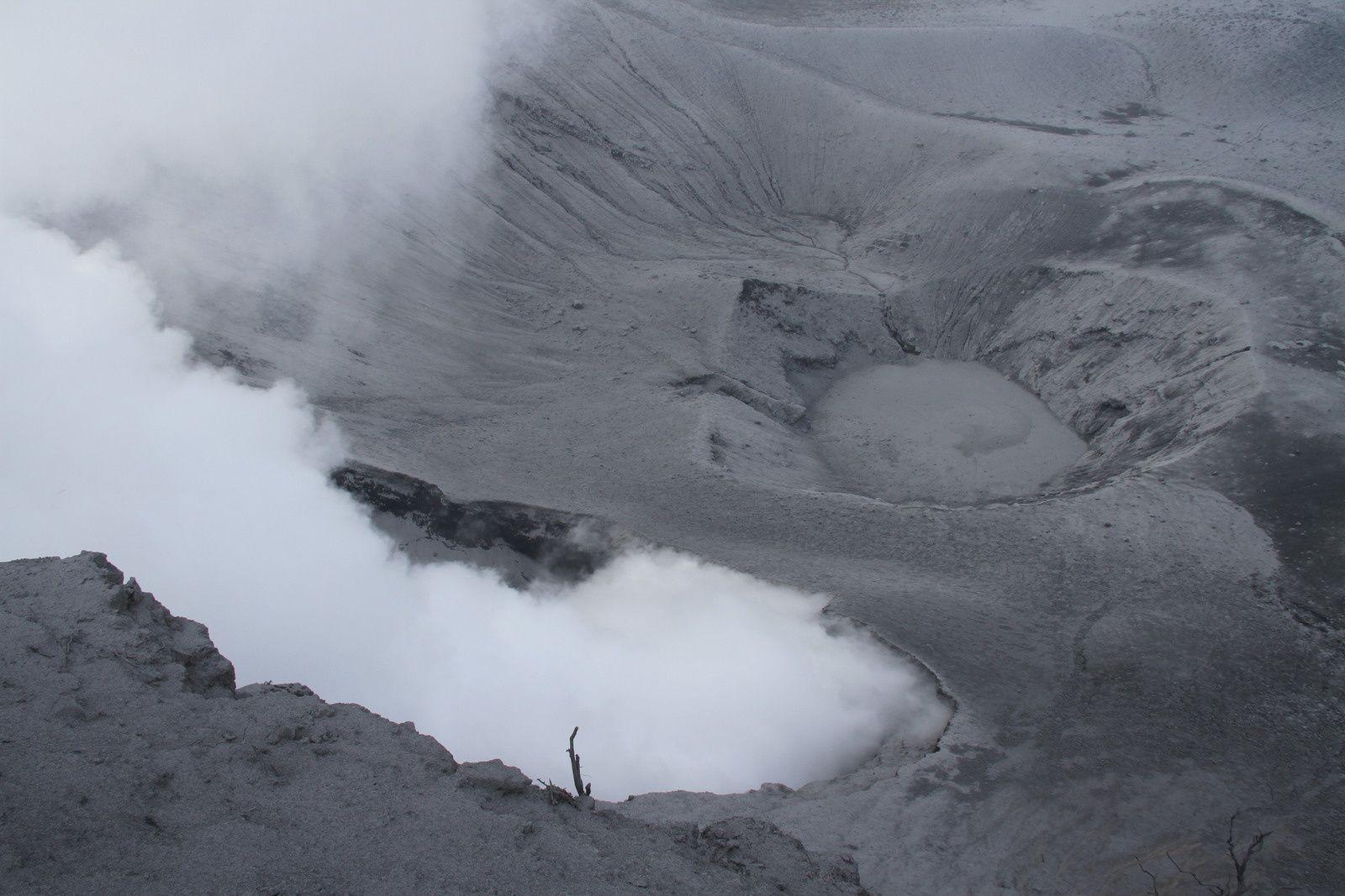 Vue plongeante sur un paysage en noir et blanc.
