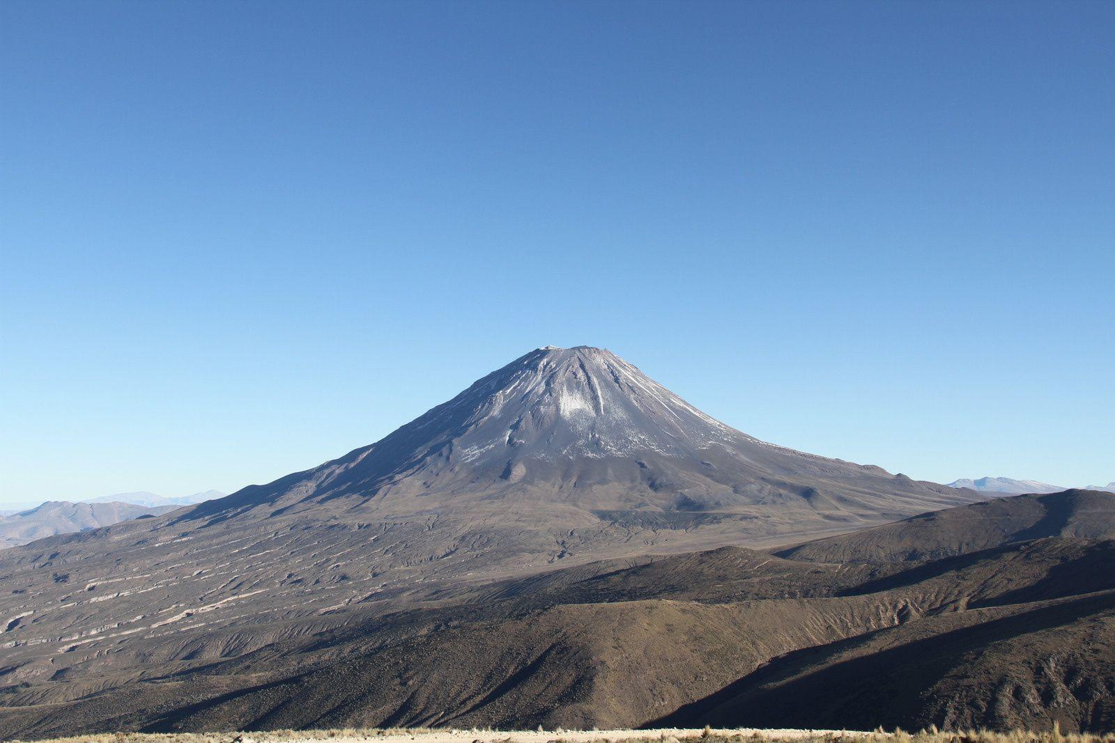 En route vers , l'Ubinas, nous contournons le splendide cône du Misti
