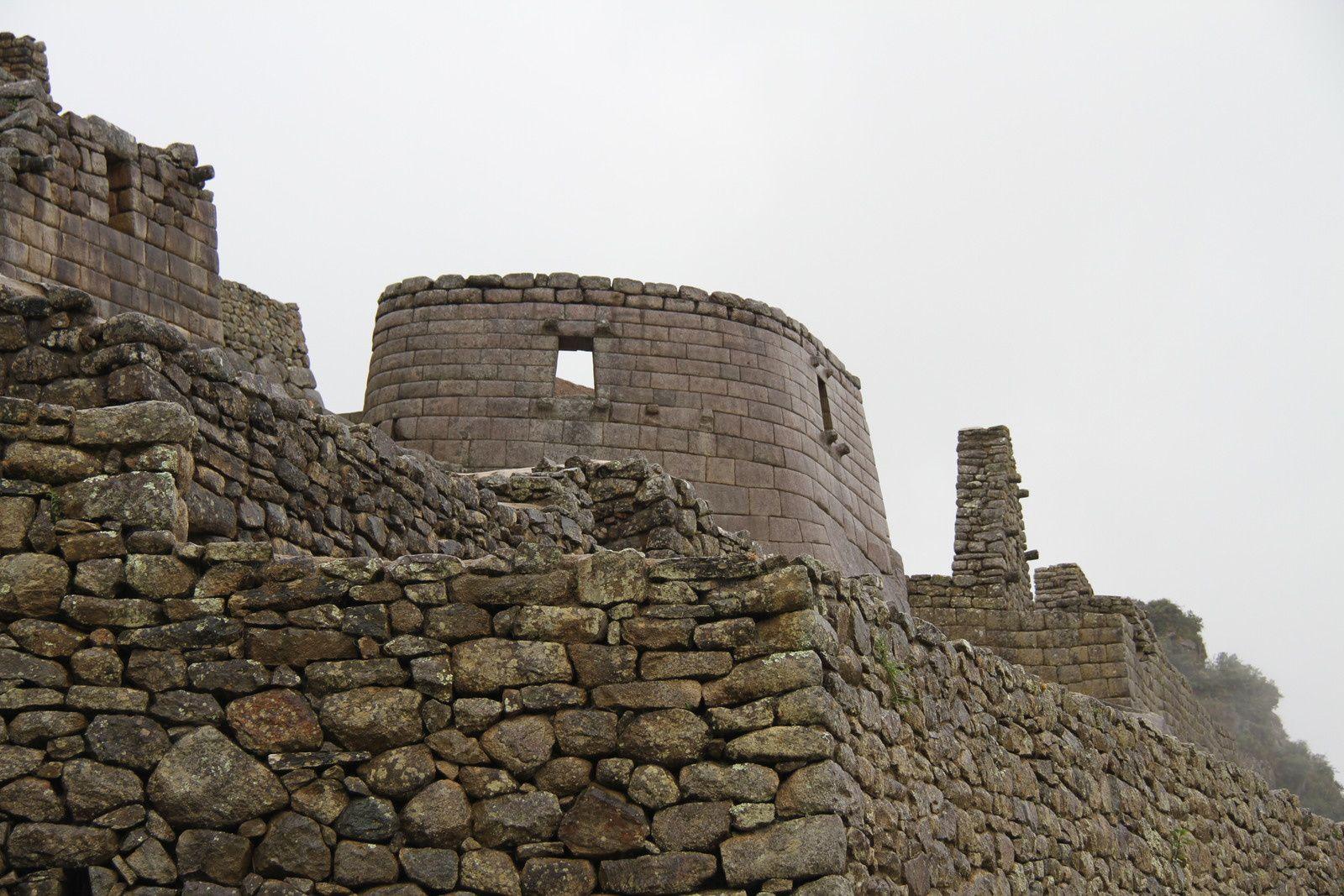Diverses vues des ruines. Les édifices sont taillés en pierres granitiques impeccablement taillées pour qu'elles s'emboîtent parfaitement. Quand on sait que le granite est l'une des roches les plus dures au monde, on se rend compte de l'incroyable effort qu'a du représenter la construction du site. Le site fût abandonné par les incas devant l'avancée des conquistadors espagnols, alors que sa construction, qui durait depuis environ 80 ans était presque achevée...