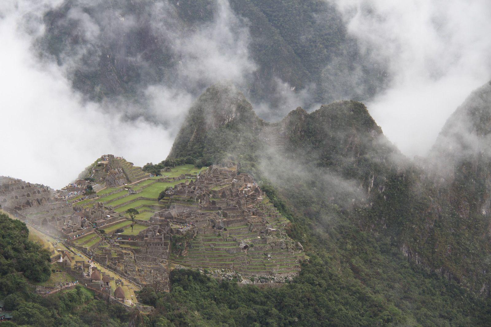 Le Machu Pichu, noyé dans la brume, et entouré de montagnes