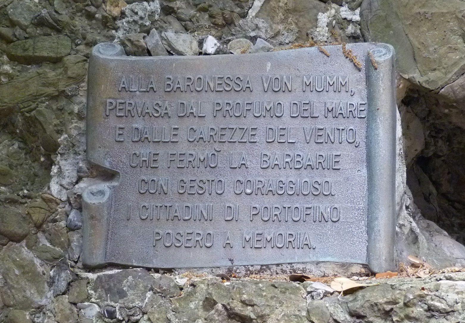 Kris Darquis © A la baronne Von Mumm,  emportée par le parfum de la mer et la caresse du vent qui a combattu la barbarie en faisant preuve de courage. Les habitants de Portofino ont apposé cette plaque en sa mémoire.